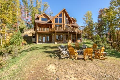'Cherokee Lodge' Luxury 5 BR Cabin, Fire Pit, Mtn View, Sleeps 24, Comm Pool, location de vacances à Gatlinburg