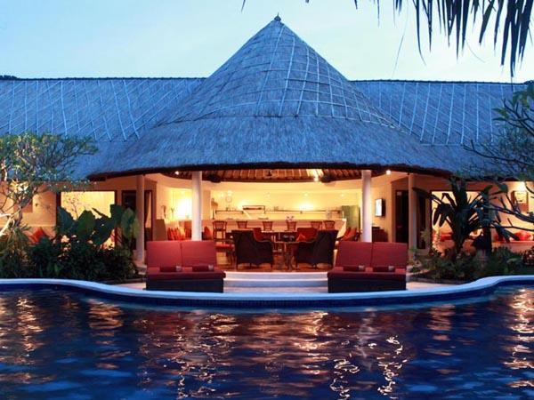 Presenting the beautiful classic Bali luxury holiday villa; Akasa Villa. Large pool, 4-7 bedrooms.