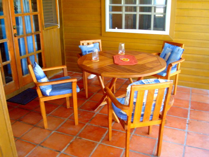 Teak dinnerset at Seascape Beach House