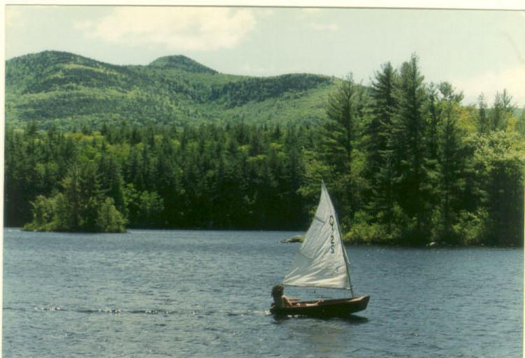 Navegando a Optimist para Picnic Island para um piquenique, mergulho e natação.