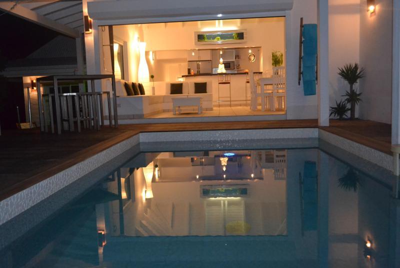 O terraço da piscina à noite