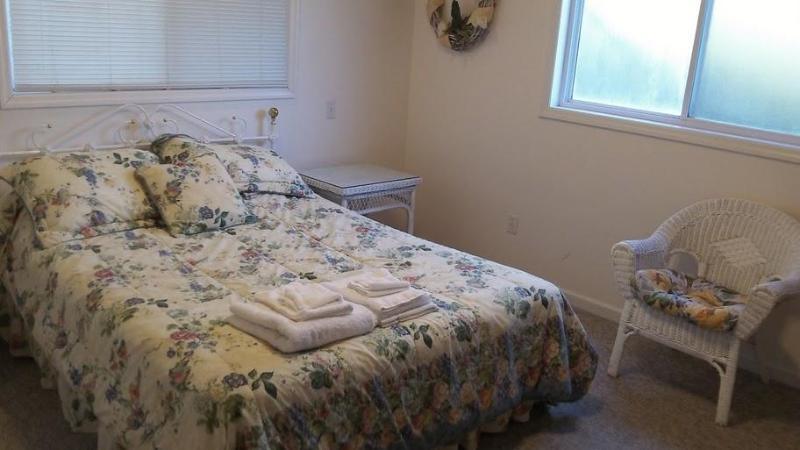 Bedroom, queen size bed, smart tv