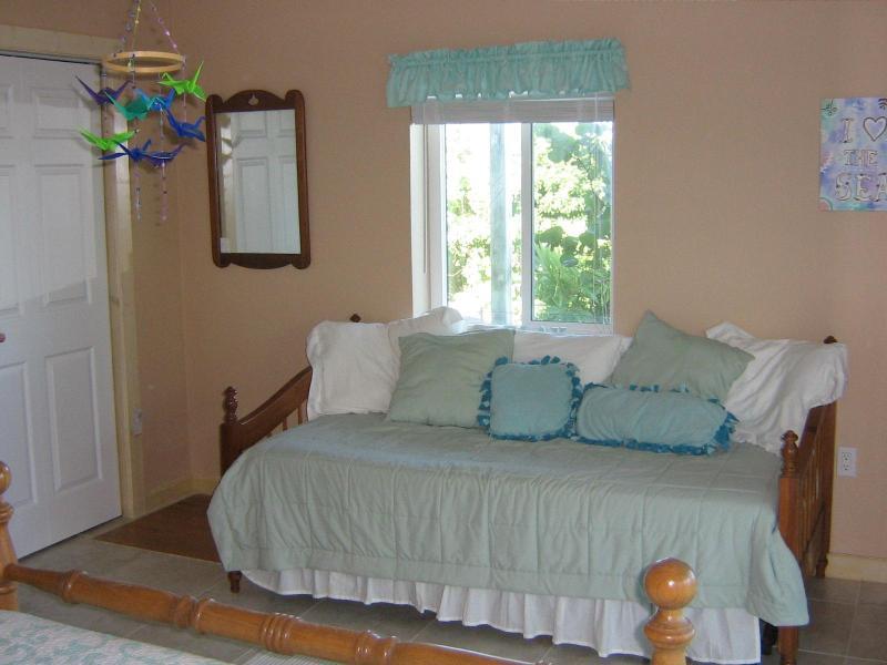 Quarto 2 - cama de rodízio na parede oeste.
