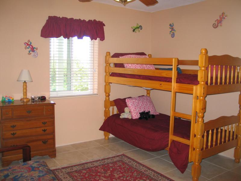 Quarto três. As camas de beliche e futon de tamanho na parede oposta.