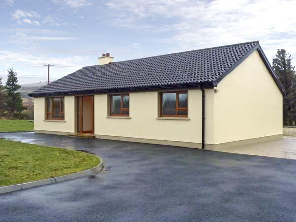 TARA HOUSE, family-friendly holiday cottage, all ground floor, open fire, rural, vacation rental in Ardara