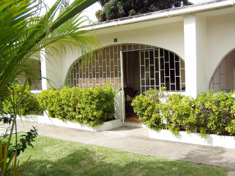 1 BR Condo (with washing machine in unit) in Sunset Crest/Holetown (West Coast), location de vacances à Saint-James