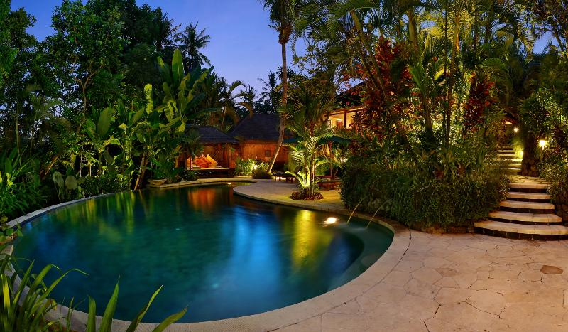 Villa Bunga Wangi piscine au crépuscule