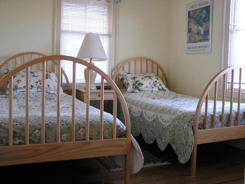 Dormitorio completo con camas - 1