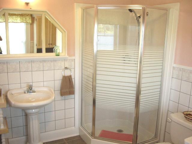 cuarto de baño ducha de esquina grande mostrando