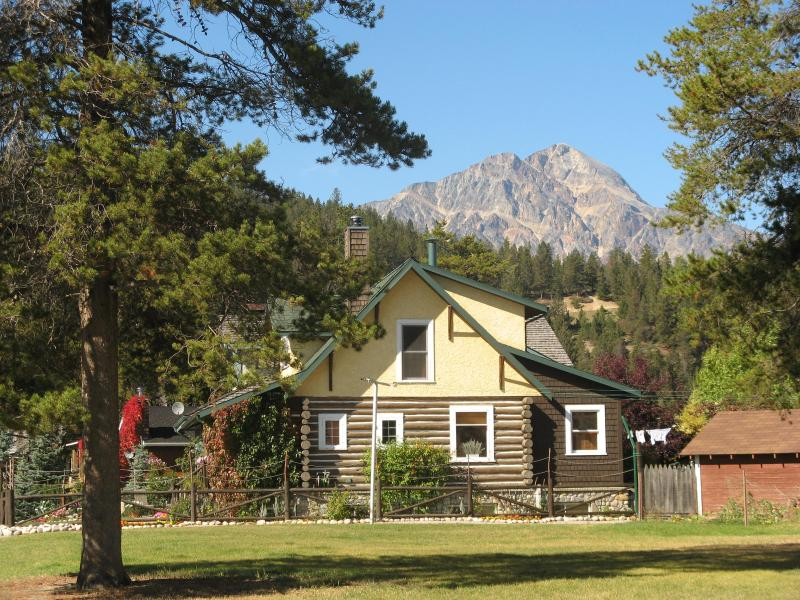 The Bear's Den Log House in the town of Jasper