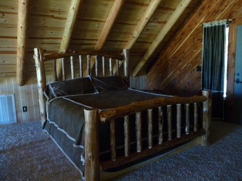 Loft - mano vuelto cama del registro de difícil encontrar cedro quemado