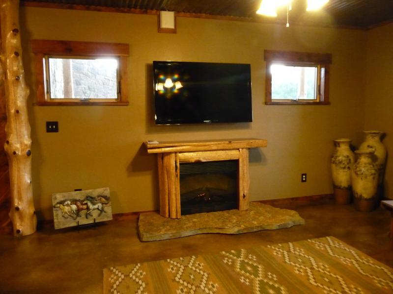 TV y chimenea en sótano