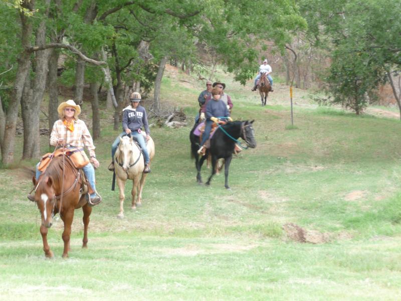 Montar a caballo a través del camping primitivo del norte