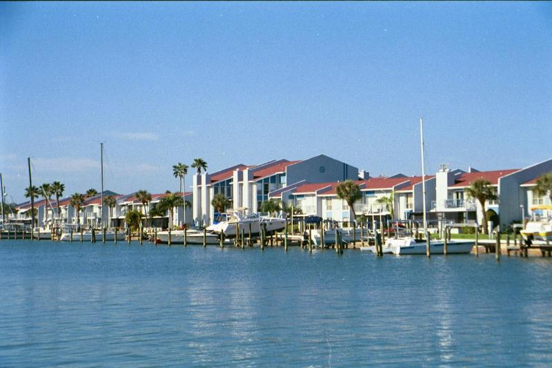 HAVE IT ALL, WITHOUT BREAKING THE BANK, Just available Dec.in a lovely condo, location de vacances à Madeira Beach