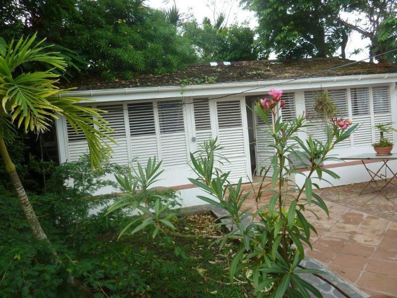 La chambre caraïbes et devant le petit patio fleuri