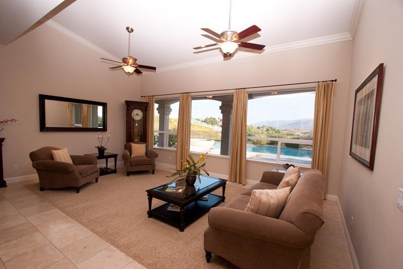 Enjoy the Living Room w/ beautiful Mountain Views
