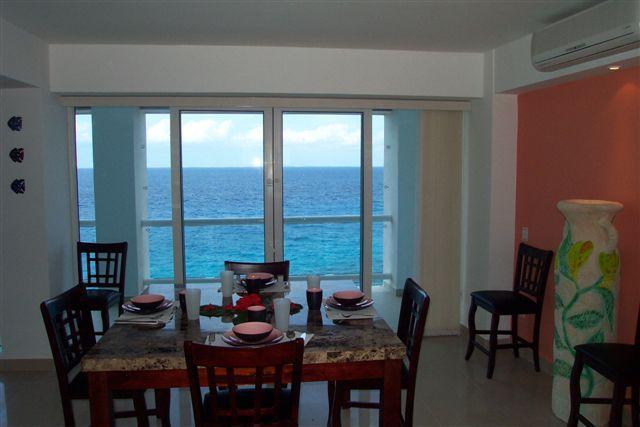 Eetkamer biedt plaats aan 8 met prachtig uitzicht op de Oceaan