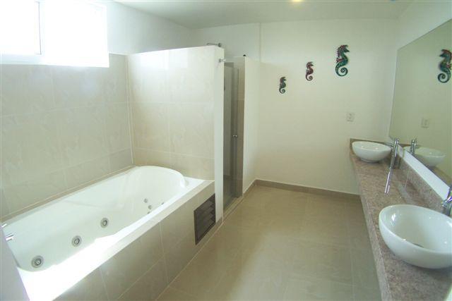 Master badkamer met aparte douche & jacuzzi badkuip