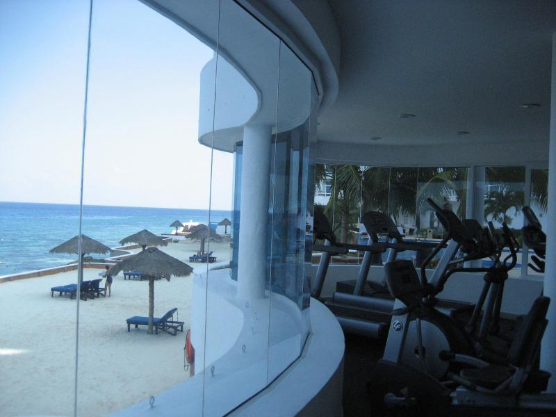 Fitness centrum met uitzicht op zee