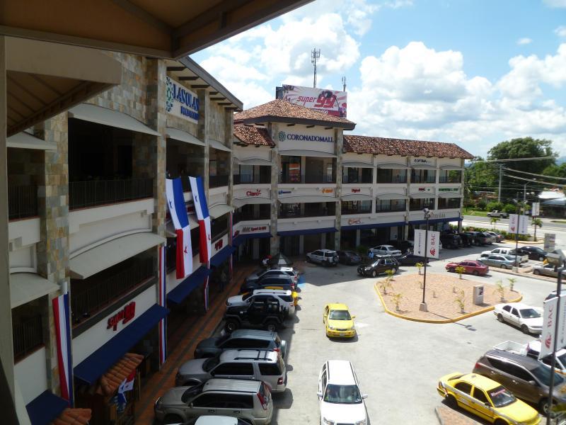 Petit centre commercial à l'entrée