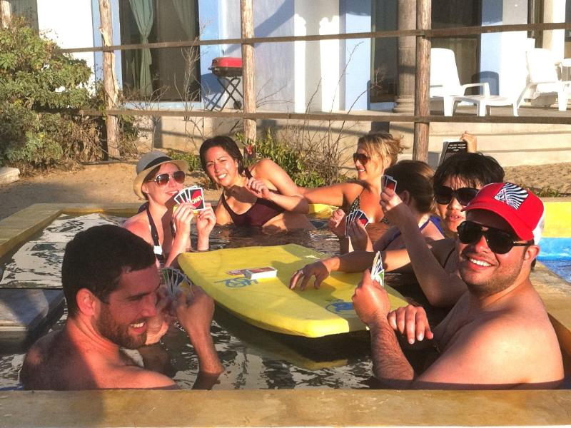 Gasten genieten van ons hout gestookte buiten hot tub