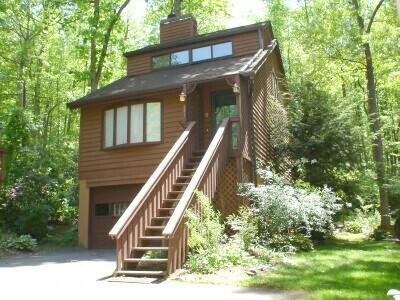 Luxury Dream Chalet set at the edge of a 33 acre woodlands in a quiet neighborhood right in-town