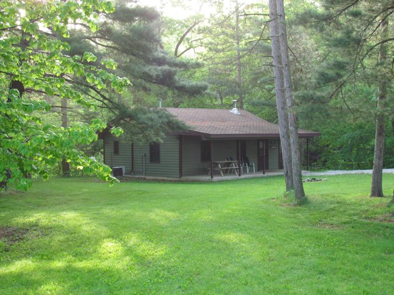 Cabin Near Starved Rock w/Huge Whirlpool Tub, vacation rental in Utica