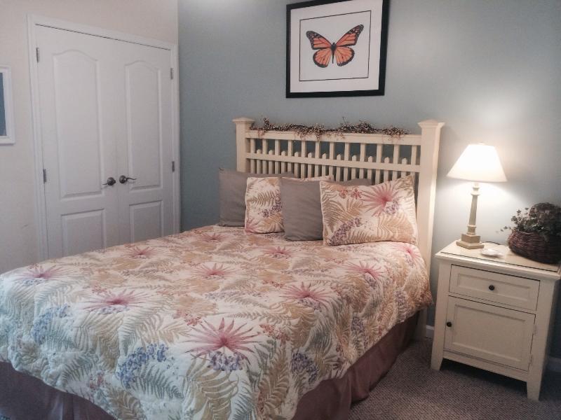 Bedroom--queen bed/13' pillow top mattress