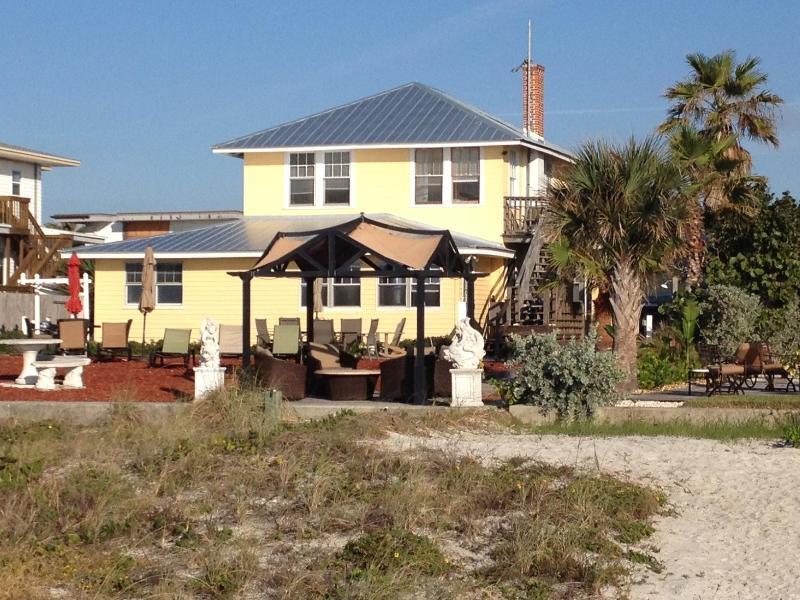 Cottage est sur la même propriété en bord de mer