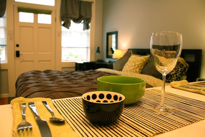 Relax in comfort and style, steps from fine dining & shopping in Noe Valley.