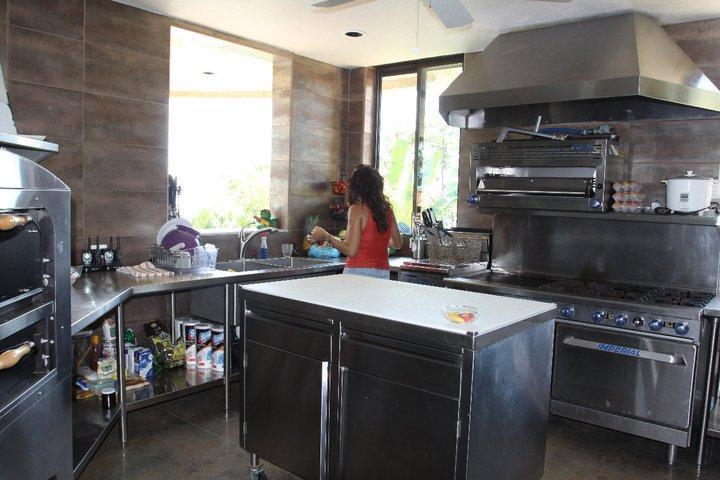 A casa principal possui uma cozinha gourmet que inclui ainda um forno de pizza!