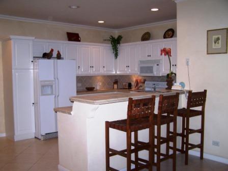 Cuisine entièrement équipée avec réfrigérateur, cuisinière, micro-ondes, lave-vaisselle, grille-pain, etc.