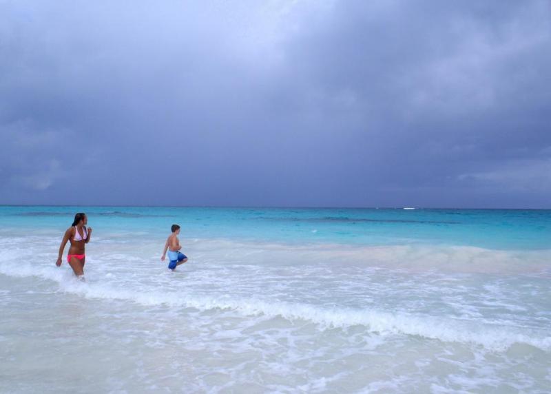 Playa francesa deja tormenta...
