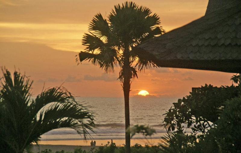 Vista di tramonto della spiaggia di fronte alla villa.