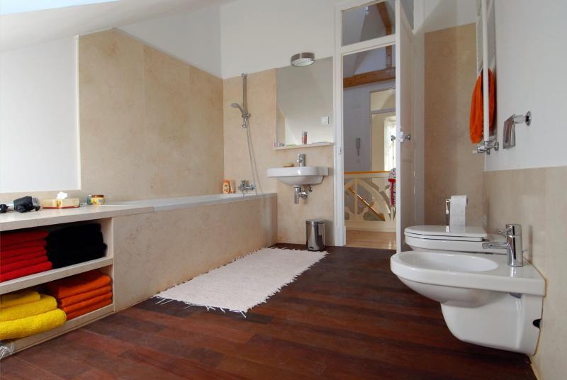 2nd floor independent bathroom