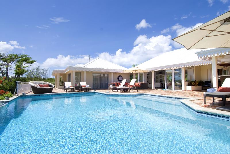 ST MARTIN  LUXURY 4 BEDROOM VILLA MINUTES TO BEACH, holiday rental in Terres Basses