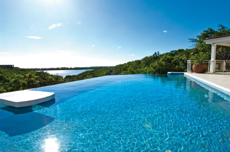 SEA VOUS PLAY... Private, comfortable 4BR villa with views to Saba and beyond, vacation rental in Saint-Martin