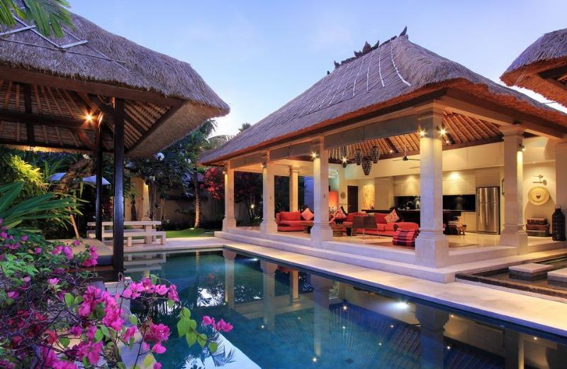 LUXURIOUS VILLA MAJU central Seminyak 3 bedrooms, holiday rental in Kuta District