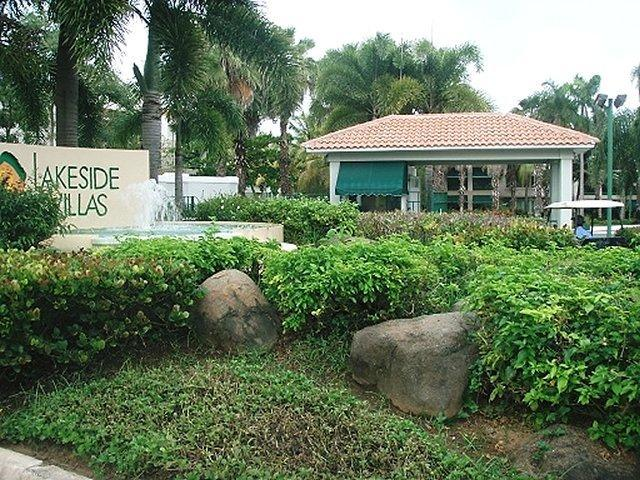 Entrance to the community of Lakeside Villas