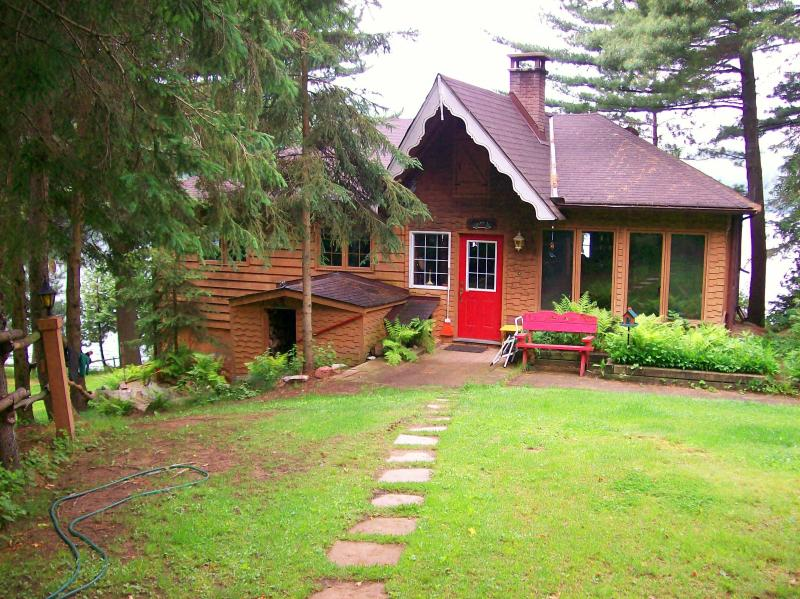 Booth Lane - 3 Bedroom 4 Season Cottage, aluguéis de temporada em Bancroft