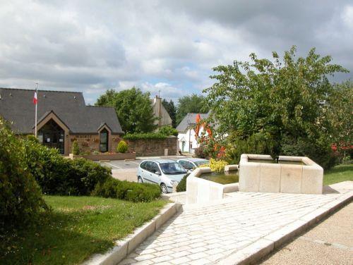 Loqueffret village fountain