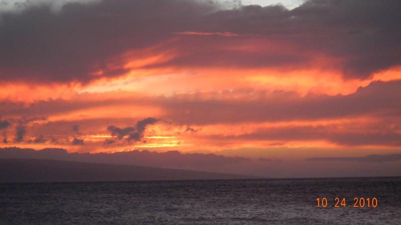 Les couchers de soleil sont étonnants.  Chaque jour est différent.  Prise depuis le pont de Tiki