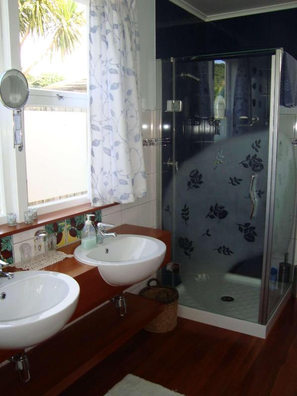 COTTAGE, double ensuite bathroom also with sunken bath