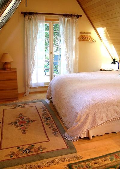 The bedroom is beautiful and serend and perfectly quiet