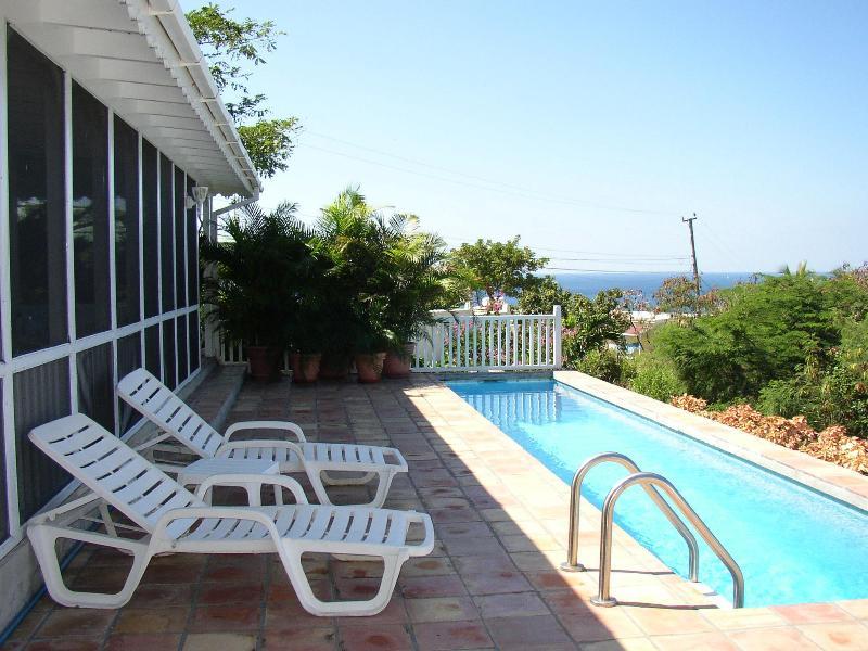 Ferienvilla Pool-Deck-Bereich Blick nach Westen