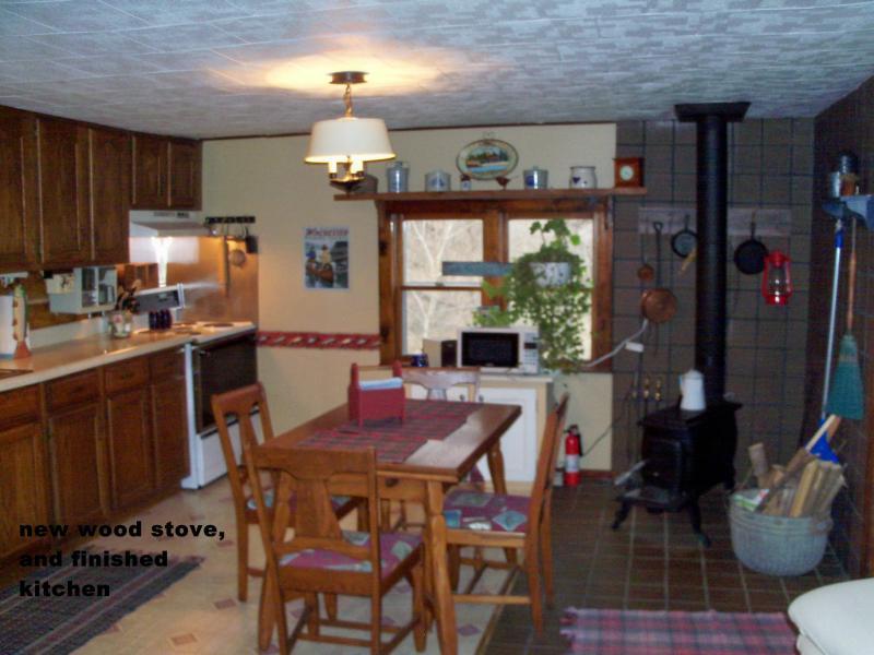 cozinha com fogão de madeira