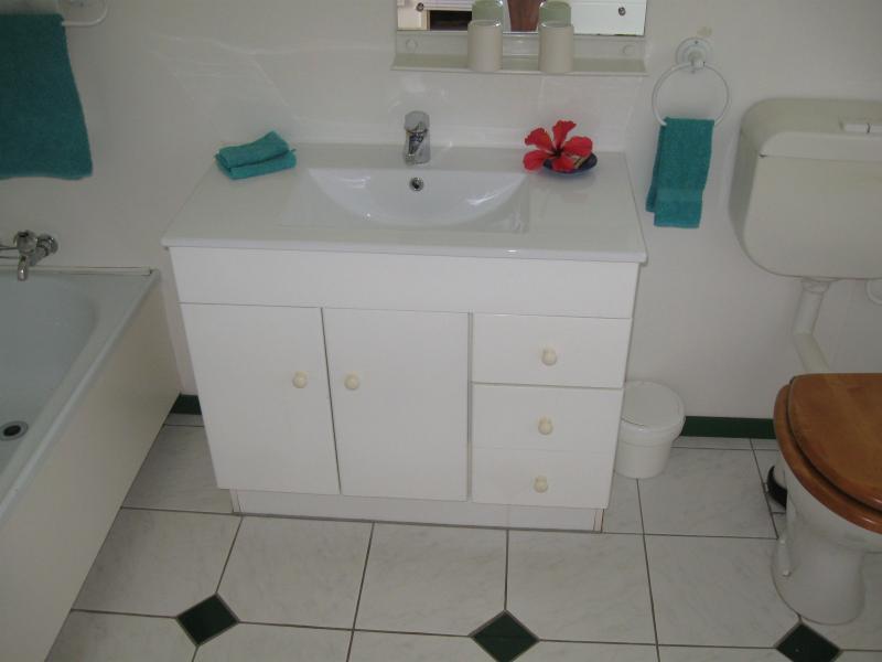 Baño Huahine con bañera y ducha.