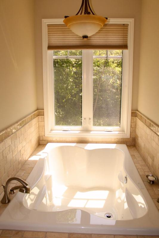 Double jet tub in master ensuite