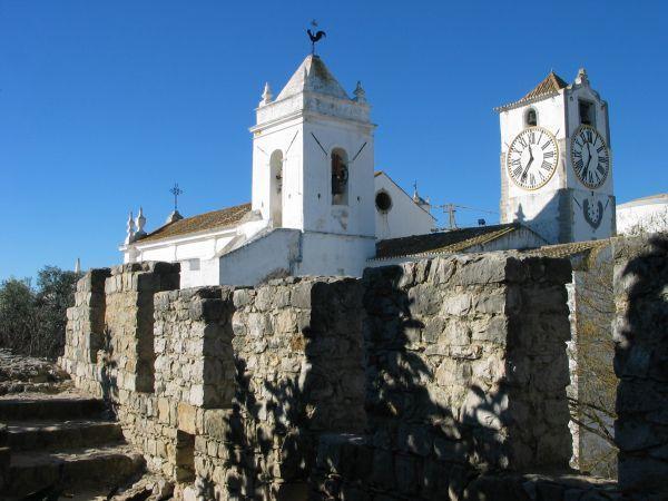 Il castello moresco (facilmente visibile dalla villa)