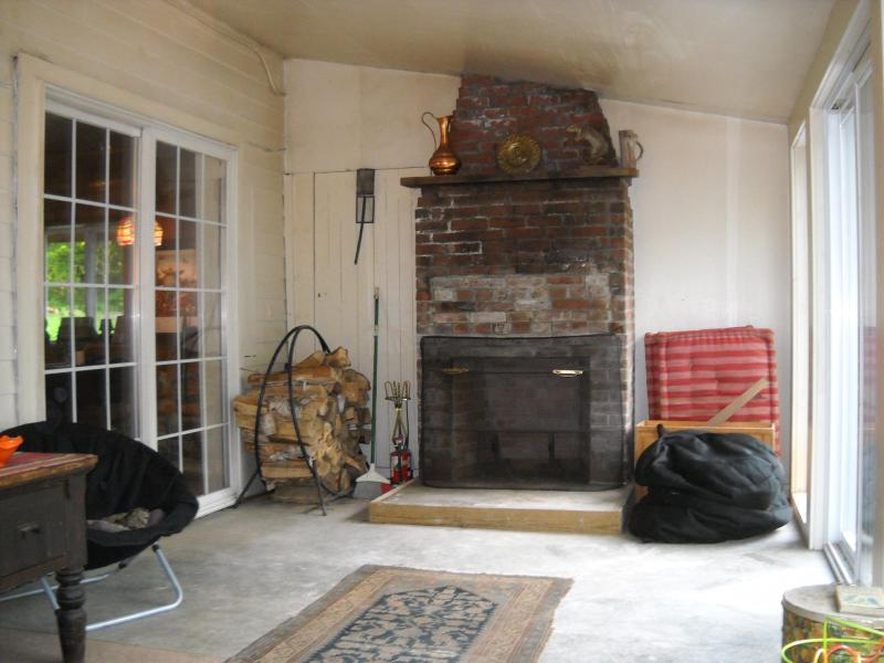 Große geschlossene Veranda mit Holzofen Kamin